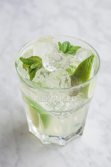 Bicchiere di mojito con rum — Foto stock