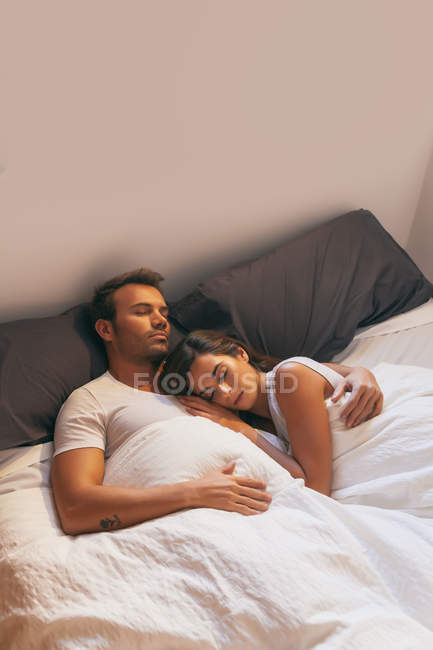 Молода пара спати в ліжку — стокове фото