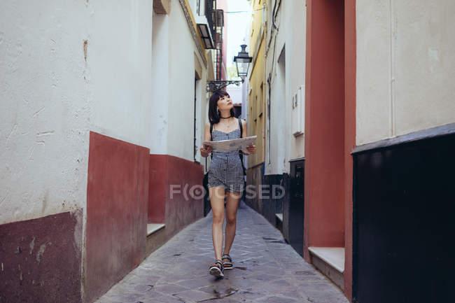 Frau, die Straßen der Stadt zu untersuchen — Stockfoto