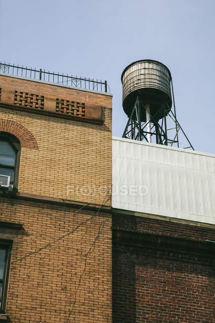 Tanque de agua en la azotea de un edificio - foto de stock