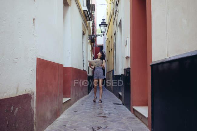 Verlorene Frau Umgebung der Straße zu erkunden — Stockfoto