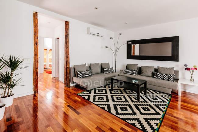Уютная современная гостиная — стоковое фото