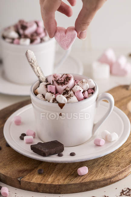 Cup of hot chocolate and marshmallows — Stock Photo