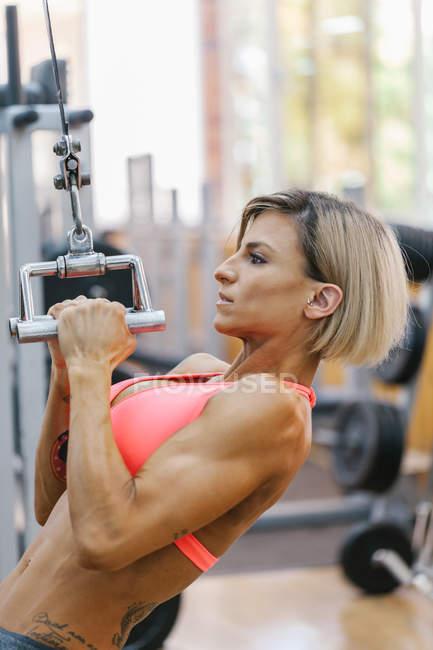 Женщина тренируется в спортзале — стоковое фото