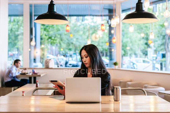 Элегантная азиатская предпринимательница — стоковое фото