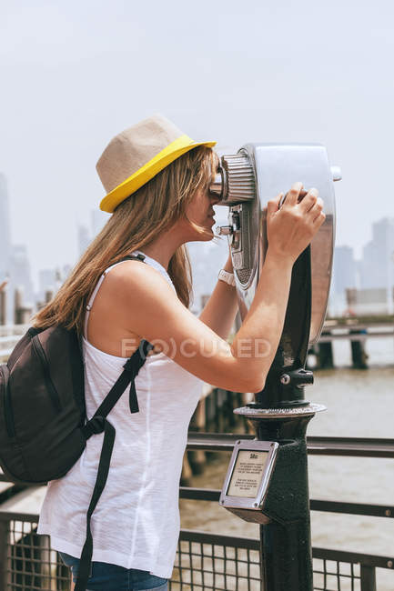 Frau mit Fernglas — Stockfoto
