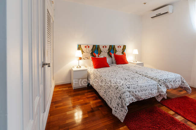 Acogedor dormitorio moderno - foto de stock