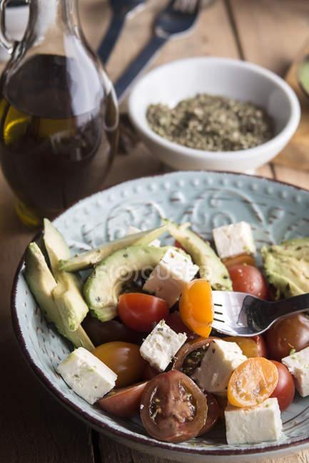 Салат з помідорів з сиром Фета, авокадо — стокове фото