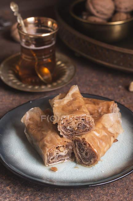 Baklava turca con tè in tavola rustica — Foto stock