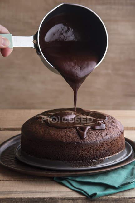 Шеф-кухар заливки розплавленого темного шоколаду — стокове фото