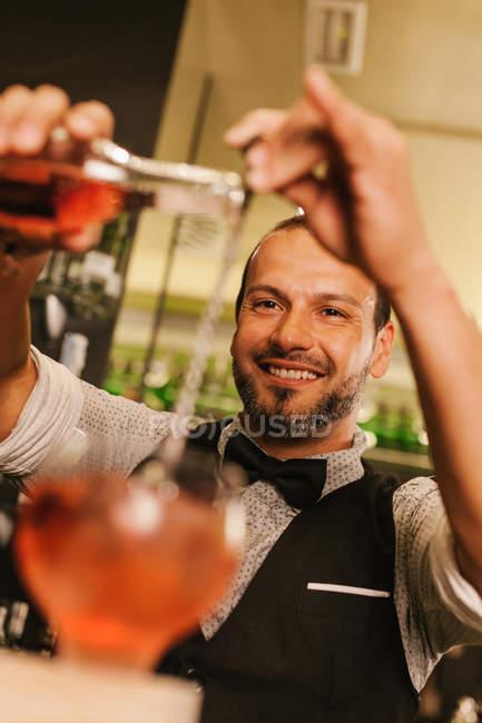 Підготовка коктейлів бармена — стокове фото