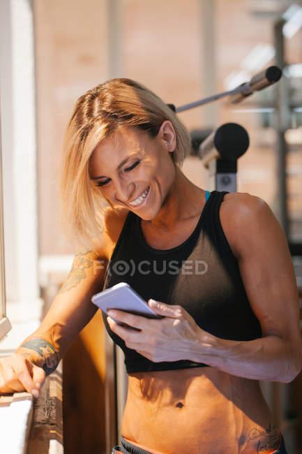 Mujer usando un teléfono móvil - foto de stock