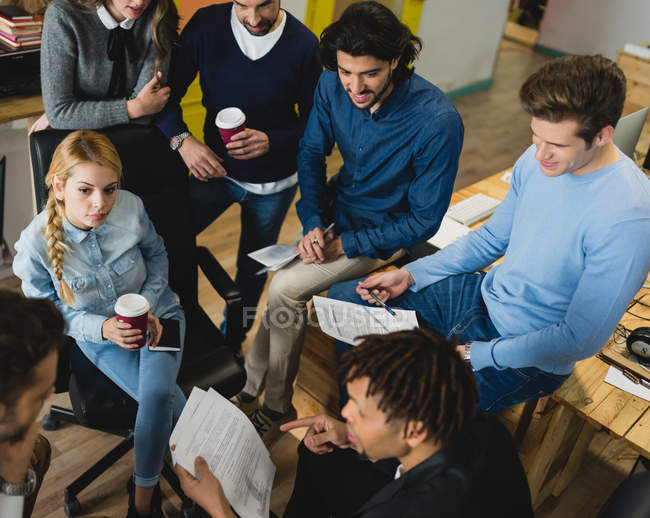 Erhöhte Ansicht des multi-ethnischen Geschäftsleute, die während der Sitzung — Stockfoto