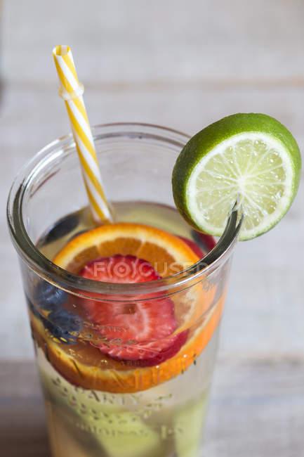 Детоксикационная вода с фруктами в стекле — стоковое фото