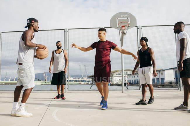 Мужчины играют в баскетбол на улице — стоковое фото