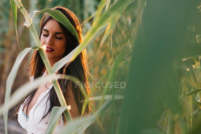 Ritratto di una giovane donna in giardino — Foto stock