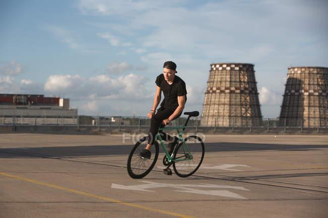 Jeune garçon à vélo équitation cap — Photo de stock