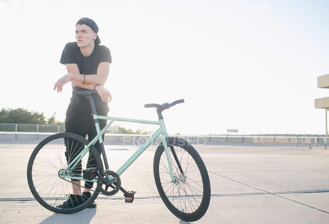 Хлопчик біля велосипеда — стокове фото