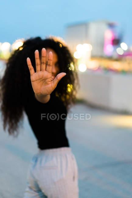 Donna che mostra gesto di stop — Foto stock