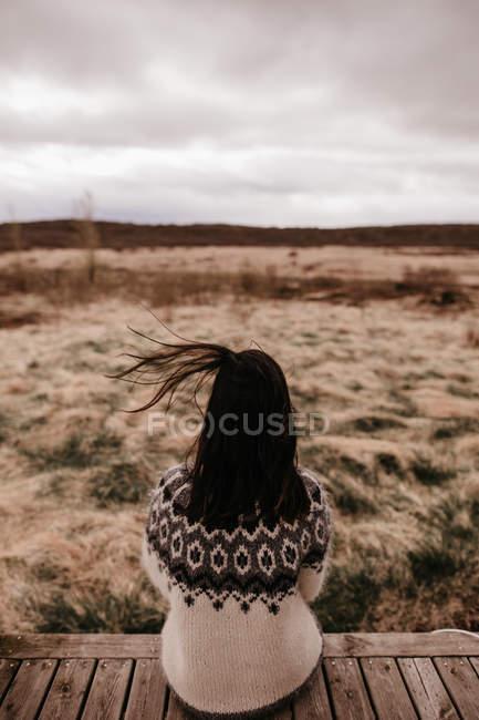 Garota anônima na varanda — Fotografia de Stock