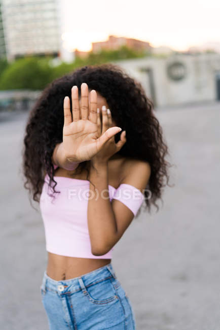Donna gesturing stop — Foto stock