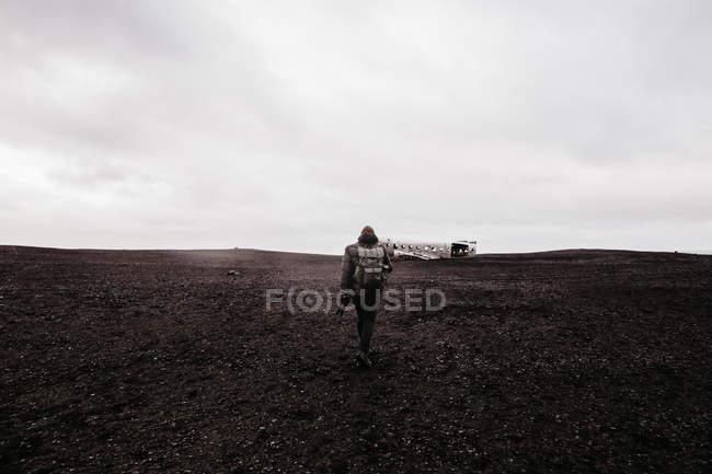 Tourist walking in desert — Stock Photo