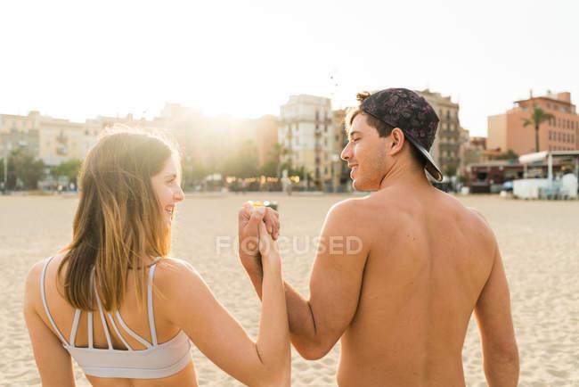Vista traseira do casal desportiva — Fotografia de Stock