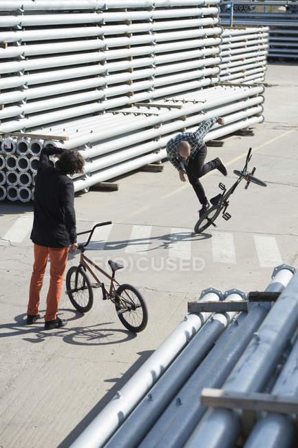 Les personnes effectuant des astuces sur les vélos — Photo de stock