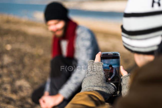 Man taking photo of friend — Stock Photo
