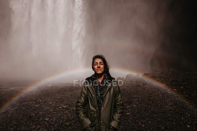Mädchen im Regenbogen des Wasserfalls — Stockfoto