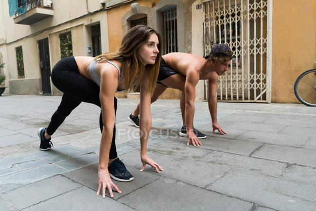 Sportive couple ready to run — Stock Photo