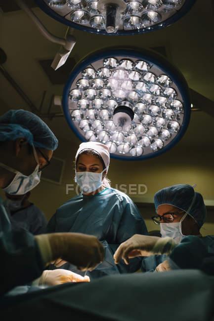 Chirurgiens opérant à l'hôpital — Photo de stock