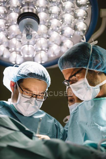 Cirurgiões que operam no hospital — Fotografia de Stock