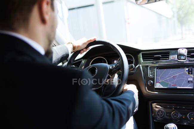 Uomo che utilizza il navigatore in auto — Foto stock
