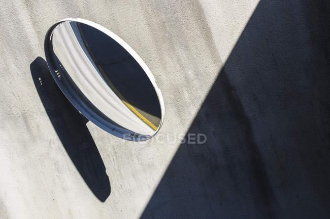 Miroir de garage sur le mur de béton avec une ombre — Photo de stock