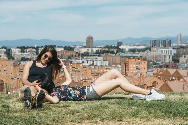 Приваблива молода пара лесбіянок — стокове фото