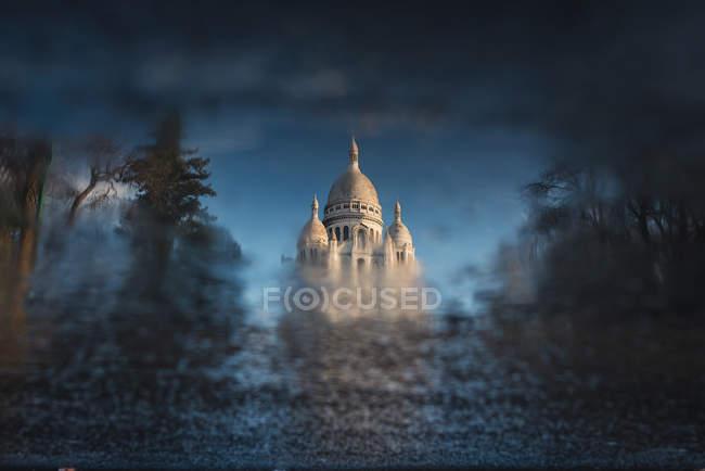 Історичний собор будівлі, що відображають в калюжу — стокове фото