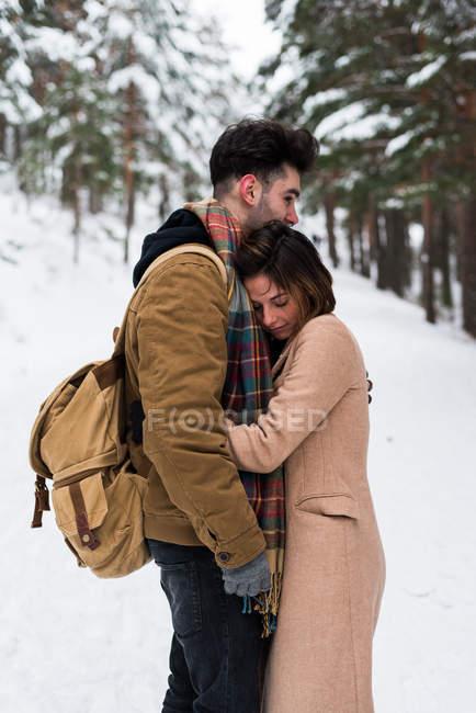 Пара, обнимающаяся в лесу — стоковое фото