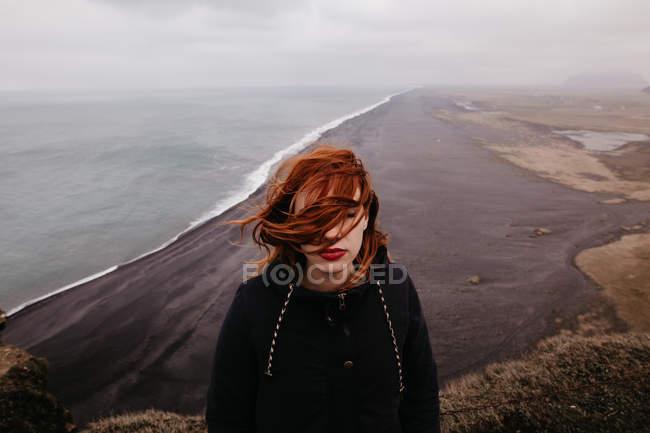 Женщина с завивка волос на океан — стоковое фото