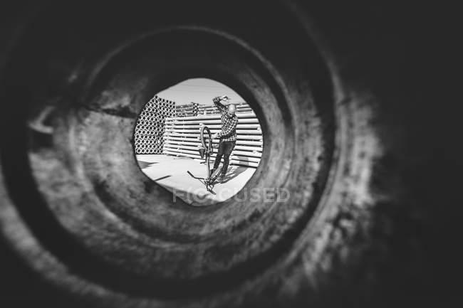 Вистрілив через трубки Bmx rider — стокове фото