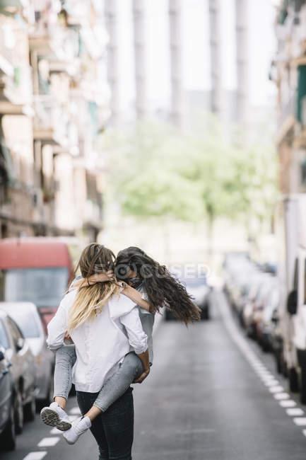 Novia lleva mujer en carretera - foto de stock