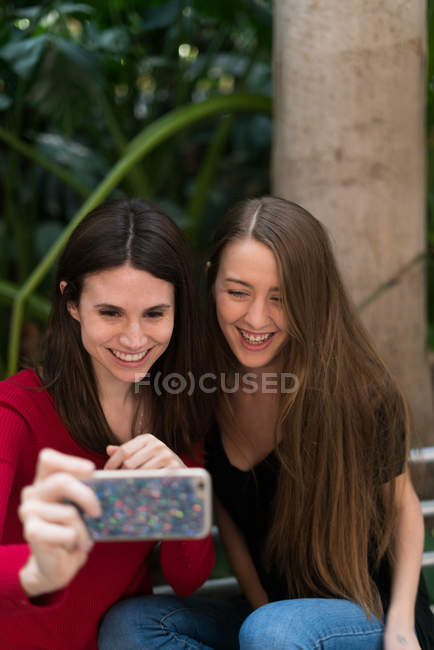 Duas garotas bonitas tomando um selfie — Fotografia de Stock