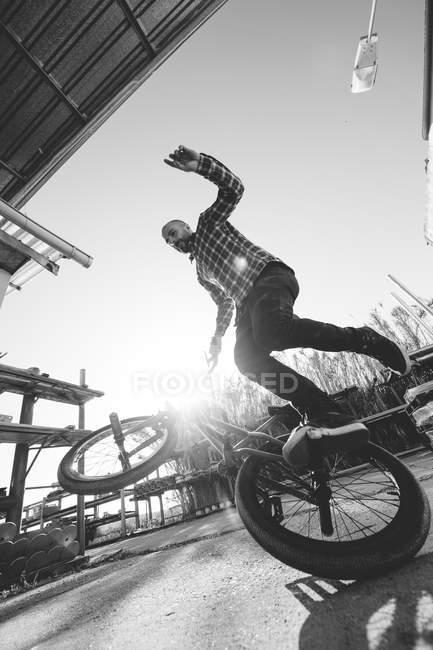 Coureur de BMX effectuant des astuces — Photo de stock