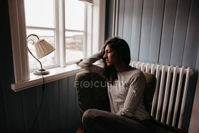 Жінка в розслаблюючій крісло — стокове фото