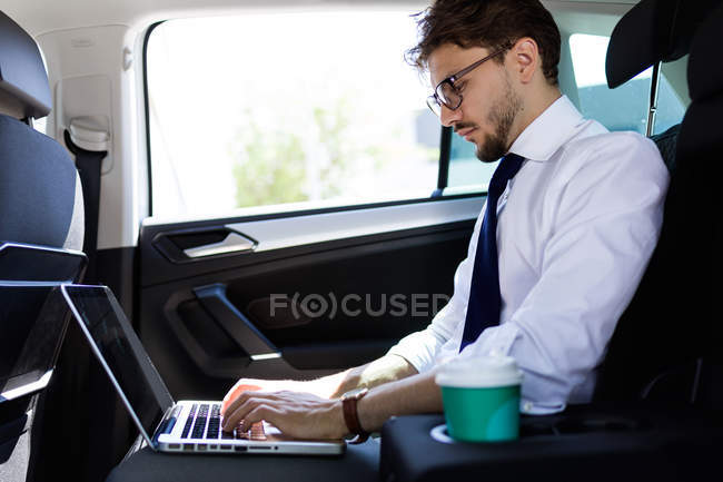 Man with coffee and laptop — Stock Photo