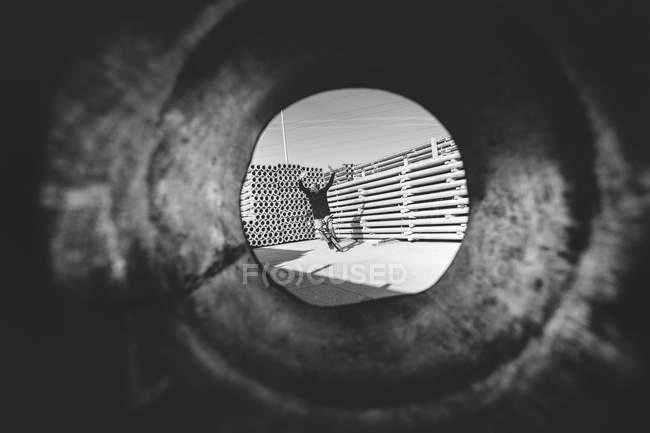 Schuss durch Rohr des BMW-Fahrers — Stockfoto