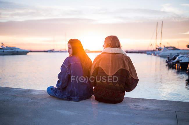 Joli couple de femmes au coucher du soleil — Photo de stock