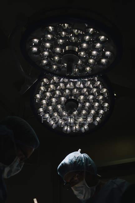 Lâmpadas por cirurgiões, tornando a operação — Fotografia de Stock