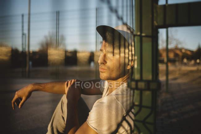Jovem de boné — Fotografia de Stock