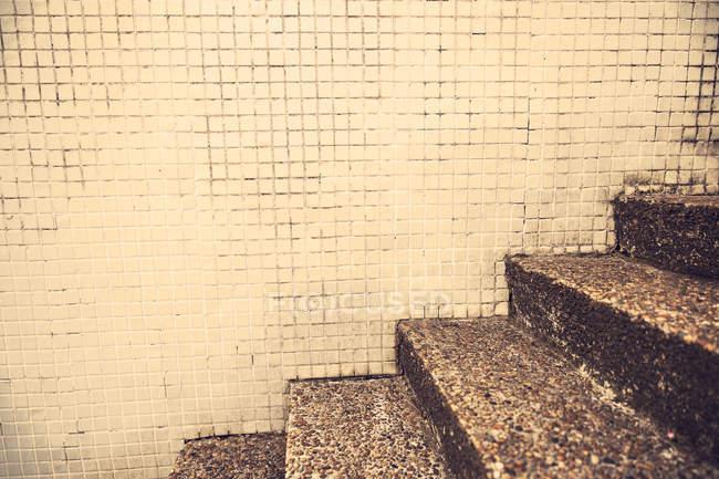 Ritagliata immagine vista di gradini di granito squallido e parete coperta di tegoli — Foto stock